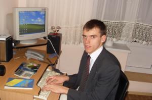Олександр Цвинтарний, випускник спеціальності «Правознавство»,  проводить консультації в юридичній клініці інституту